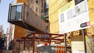 Instalación del primer contenedor del bloque de vivienda social prefabricada del Barri Gòtic.