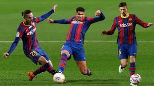 Mingueza, Araujo y Lenglet, tres de los centrales del Barça.