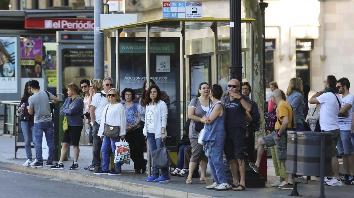 Parada de bus de plaza de Catalunya, durante la huelga convocada en junio dle 2016.