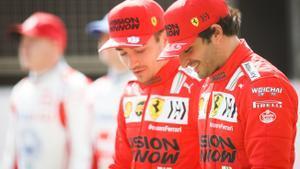 Carlos Sainz, en primer término, pasea dialogando con su nuevo compañero, el monegasco Charles Leclerc.