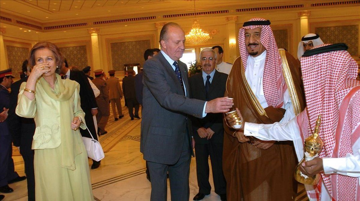 Juan Carlos I, junto al príncipe saudí Sultán bin Abdulaziz, en abril del 2006 en Riad.