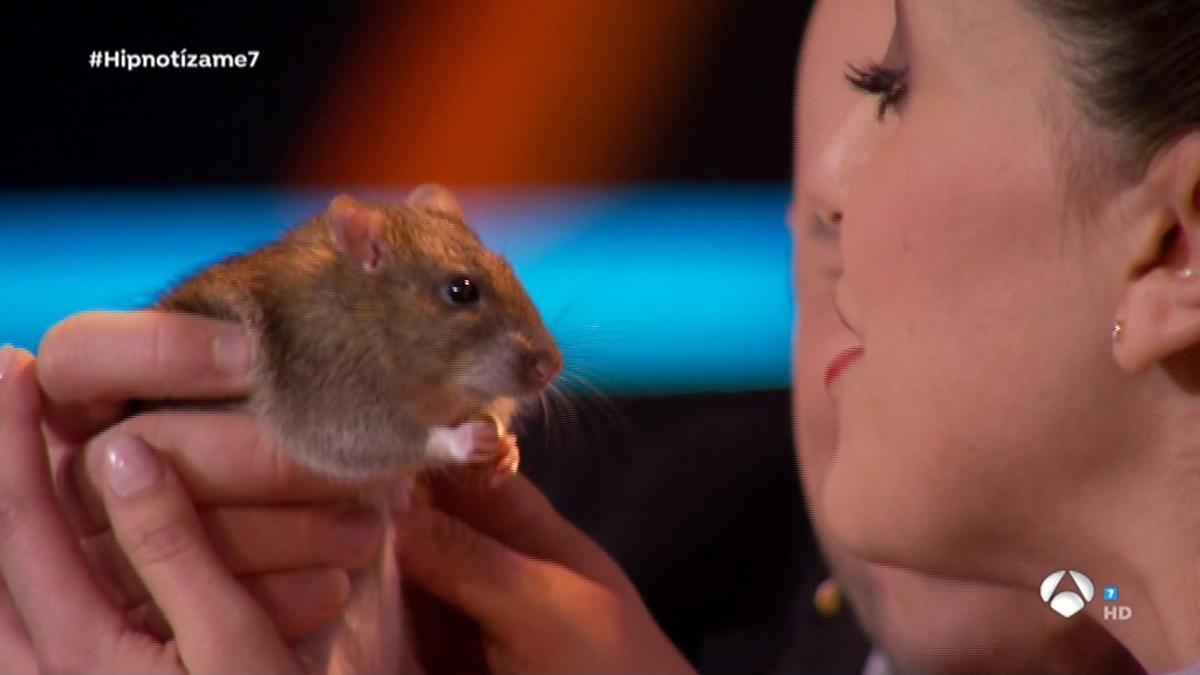 Roko, enternecida ante la rata, en 'Hipnotízame' (Antena 3 TV).