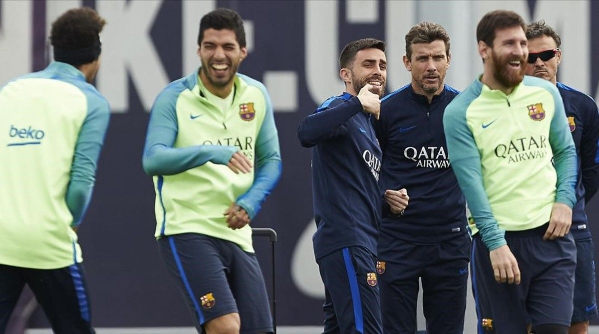 Neymar, de espaldas, Suárez y Messi se ríen en presencia de los técnicos Rafel Pol, Juan Carlos Unzué y Luis Enrique, el pasado viernes.