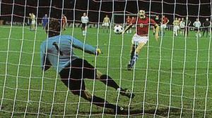 Imatges del penal tirat per Panenka i que va donar la victòria a Txecoslovàquia en la final de l'Eurocopa de futbol de 1976 contra la selecció d'Alemanya Federal.