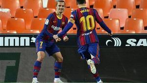 Griezmann y Messi celebran uno de los goles en Mestalla