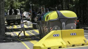 Señales de color amarillo en la calle de Consell de Cent con Pau Claris.