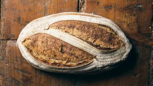 Este pan de pueblo de un kilo es uno de los panes de Cenador de Amós que se entregan a domicilio por toda España.