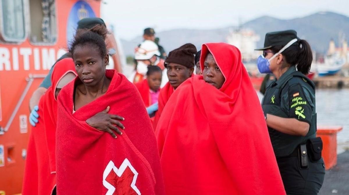 Inmigrantes rescatados cerca de la isla de Alborán.