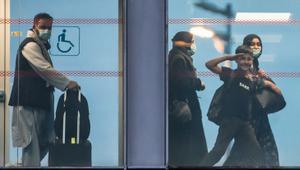 Una familia afgana feliz tras desembarcar de un avión militar A330 francés, en Roissy.