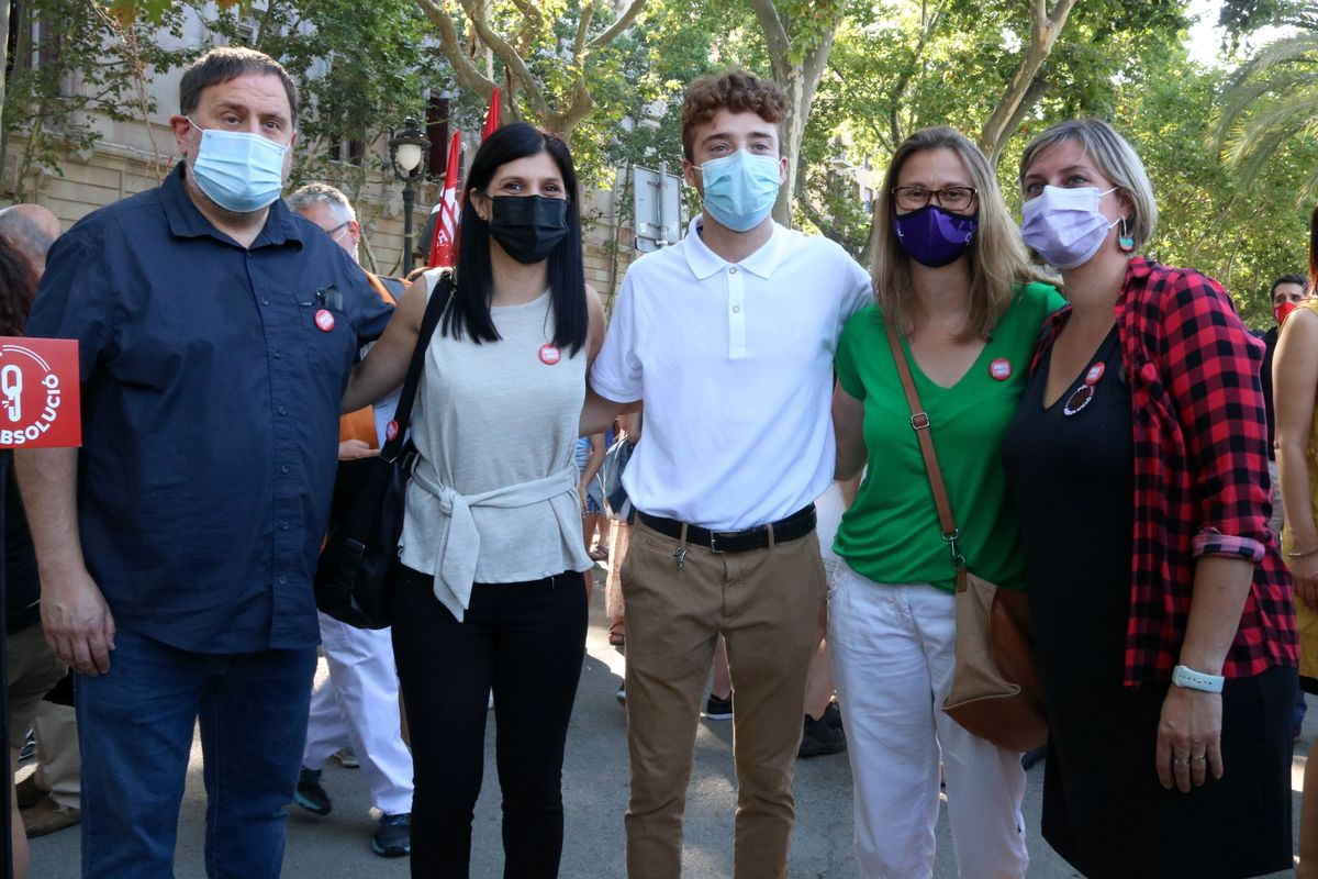 El activista Pol Serena (en el centro), acompañador de varios dirigentes de ERC.