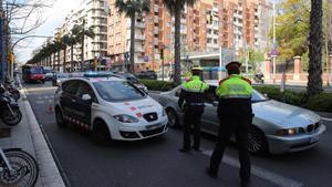 Mossos d'Esquadra realizan un control en Barcelona.