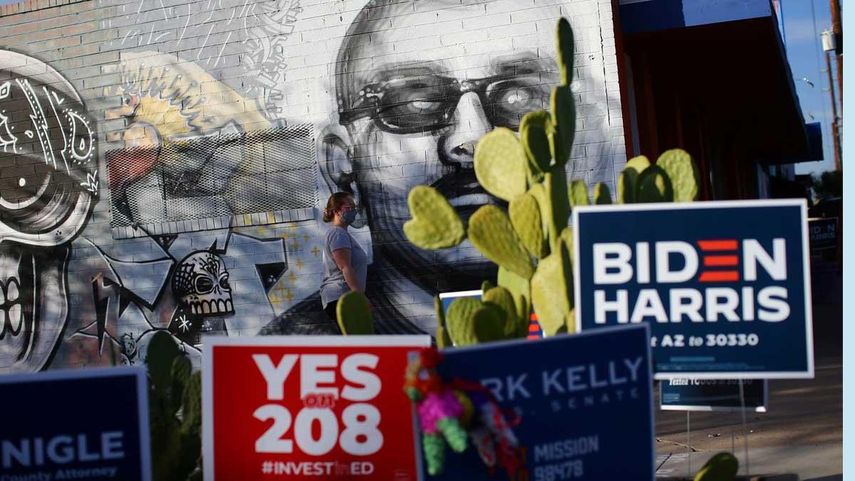 Biden arrebata el estado clave de Arizona a Trump, según proyecciones de los medios. En la foto, un cartel pro-Biden en un barrio latino de Phoenix (Arizona).