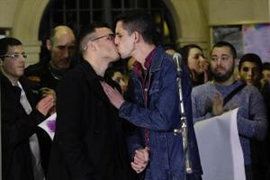 Andy y Jorge, la pareja de homosexuales agredidos, se besanen la concentración de protesta que se celebró el lunes en la plaza de Sant Pere de Berga.