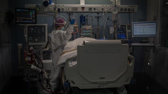 Atención a pacientes con covid en la UCI del Hospital del Mar de Barcelona.