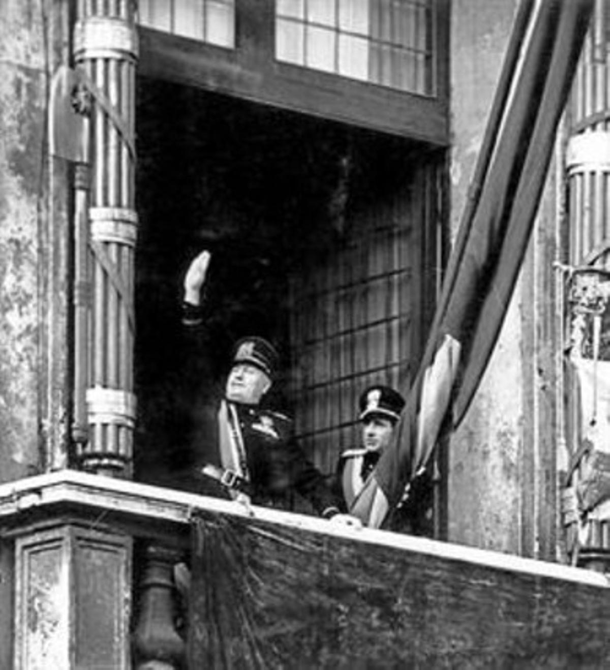 Mussolini en el balcón del palacio Venecia, tras la marcha sobre Roma.