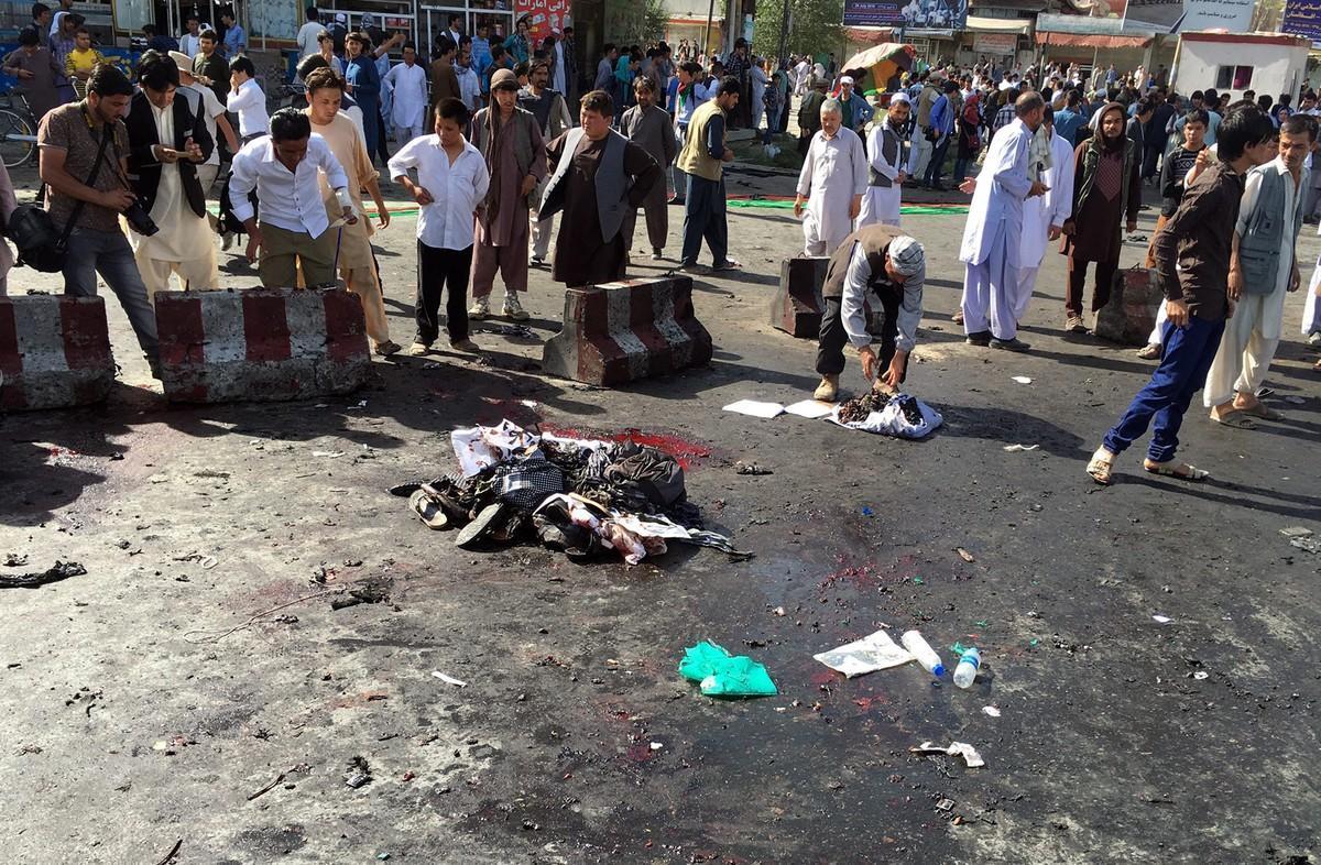 Restos del atentado suicida en que han muerto al menos 80personas en Kabul.