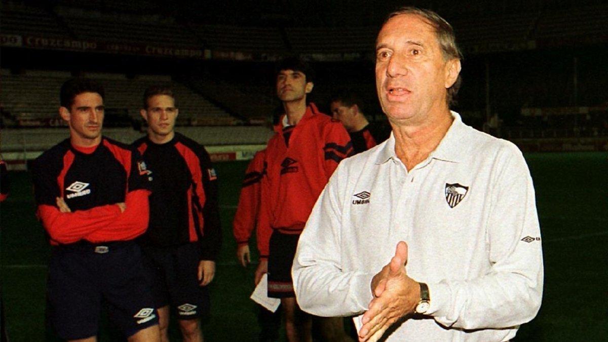 Carlos Bilardo, en su primer entrenamiento con el Sevilla, en 1997.