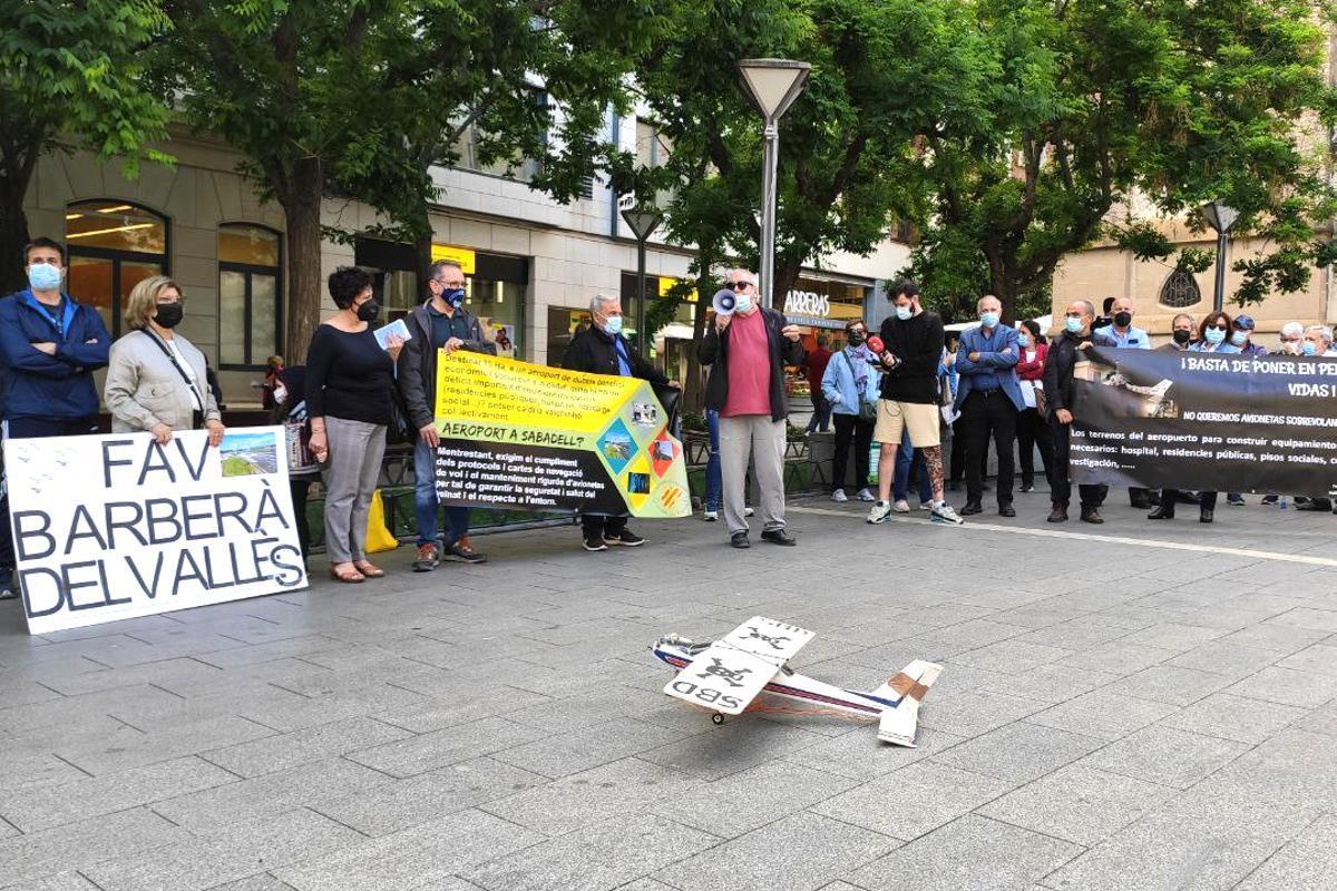 Vecinos de Sabadell y alrededores reclaman restringir los usos del aeropuerto de la ciudad ante el Ayuntamiento
