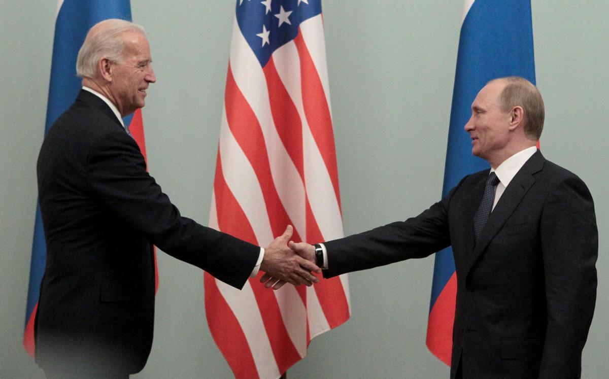 Biden y Putin se saludan, en una imagen de archivo.