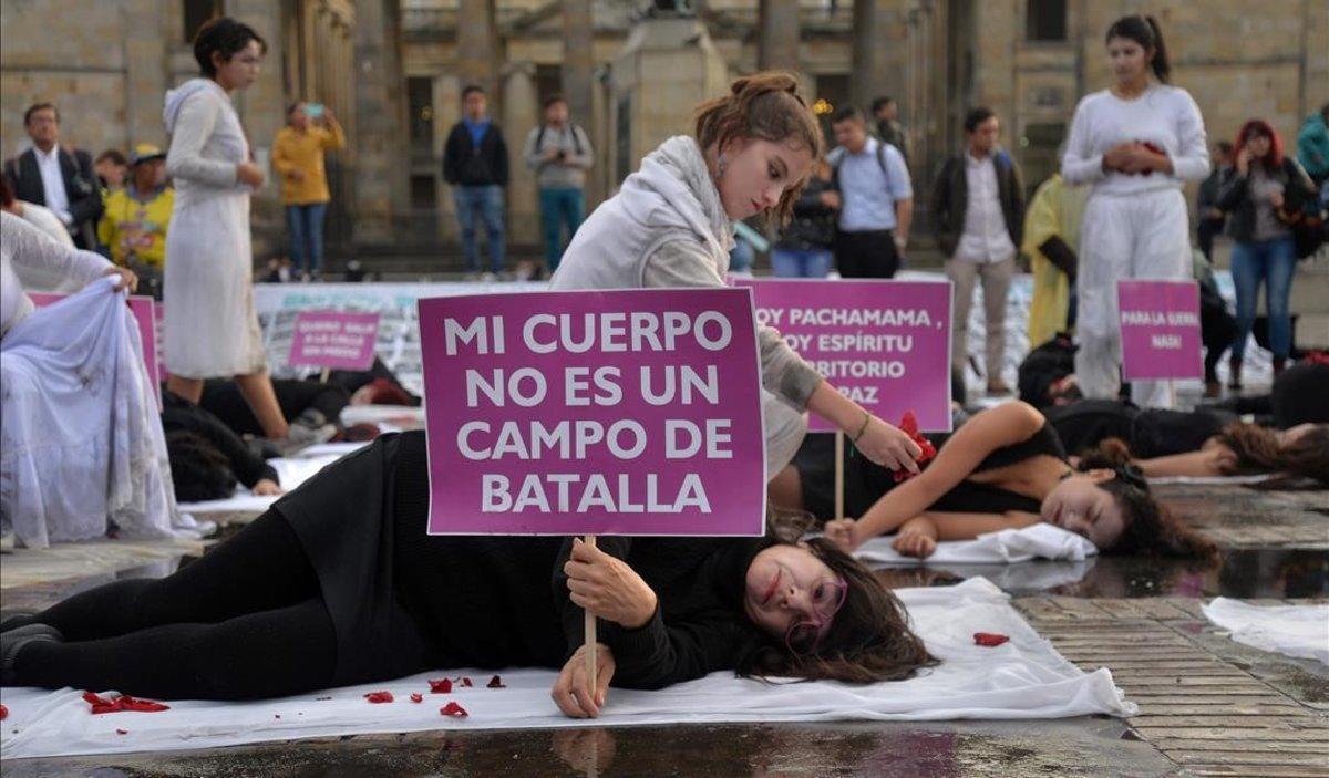 Mujeres se manifiestan contra la violencia machista en Bogotá.