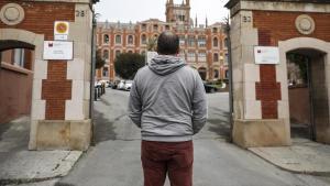 Ignacio D.B. frente al colegio Sant Ignasi donde sufrió los abusos denunciados. ARCHIVO