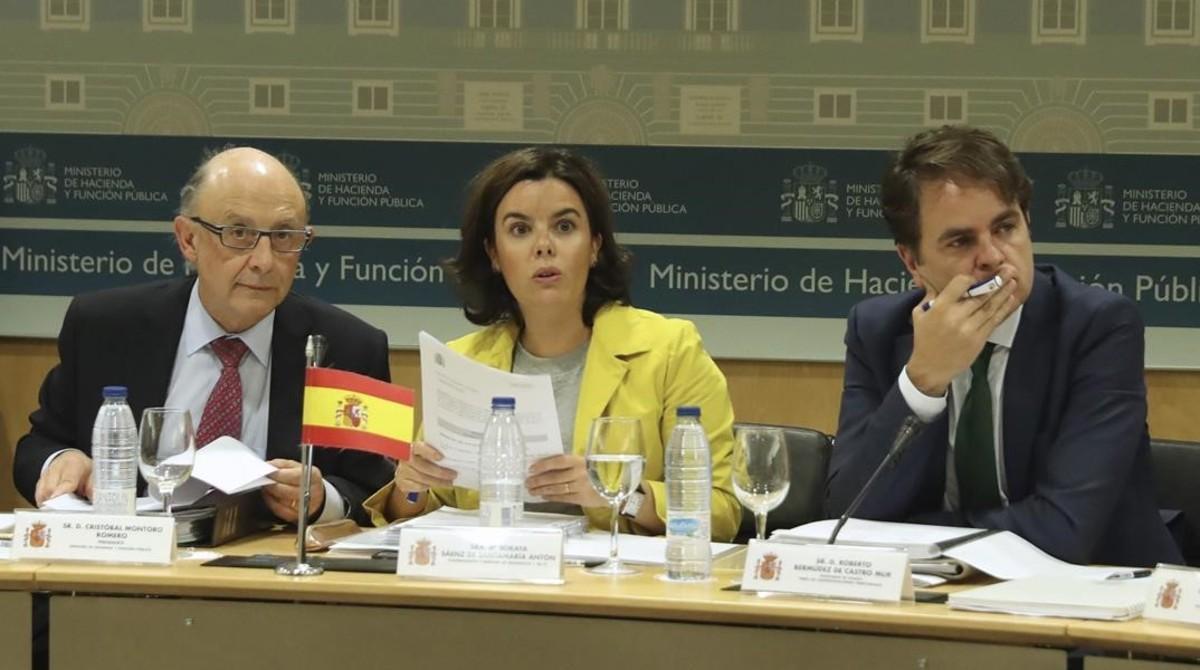 El secretario de Estado para las Administraciones Territoriales, Roberto Bermúdez de Castro, junto con la vicepresidenta Soraya Sáenz de Santamaría y el ministro Cristóbal Montoro, en el último CPFF.