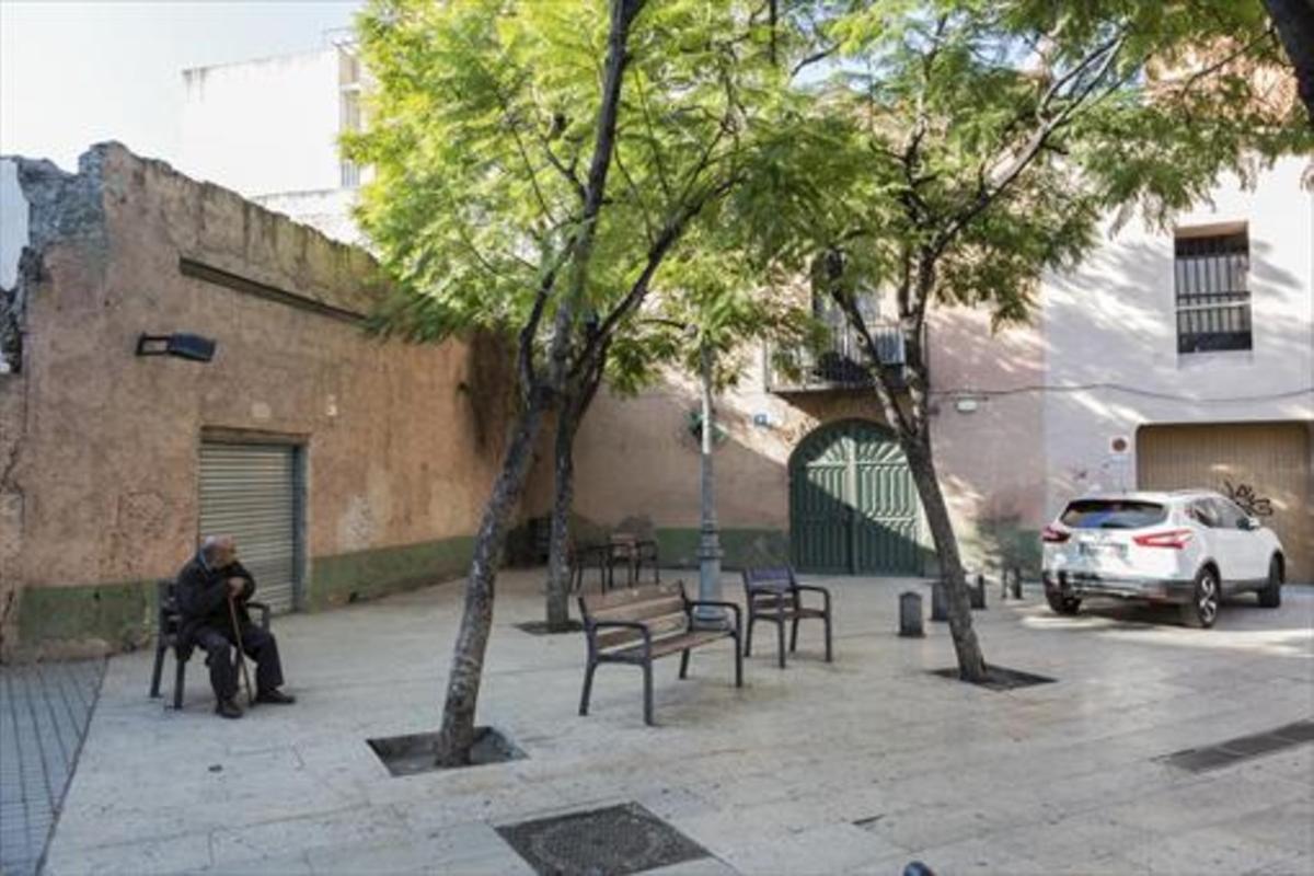 Plaza de Santes Creus 8La antigua masía de Can Gras, con su puerta de arco de medio punto.