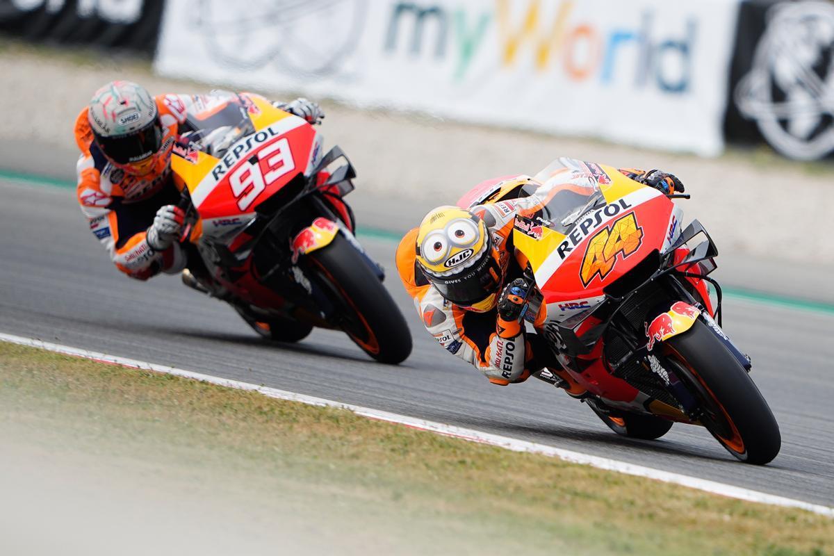 Pol Espargaró y Marc Márquez, pilotos de Repsol Honda, rodaron ayer un rato juntos en Montmeló.