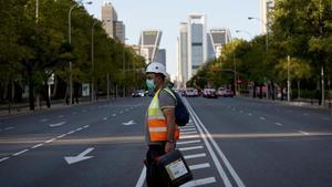 Un trabajador cruza una Castellana inusualmente vacía en Madrid, este miércoles.