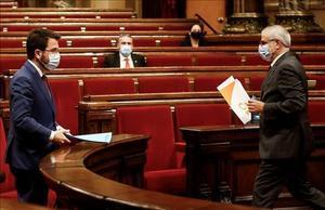 El líder de Cs, Carlos Carrizosa, se dirige a su escaño en presencia del vicepresidente del Govern, Pere Aragonès, en un pleno del Parlament celebrado en diciembre.