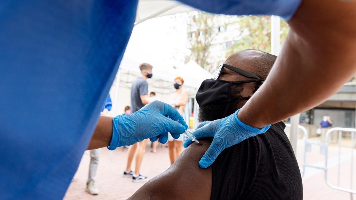 Un hombre se vacuna contra el covid en un punto de vacunación móvil en Ciutat Meridiana.