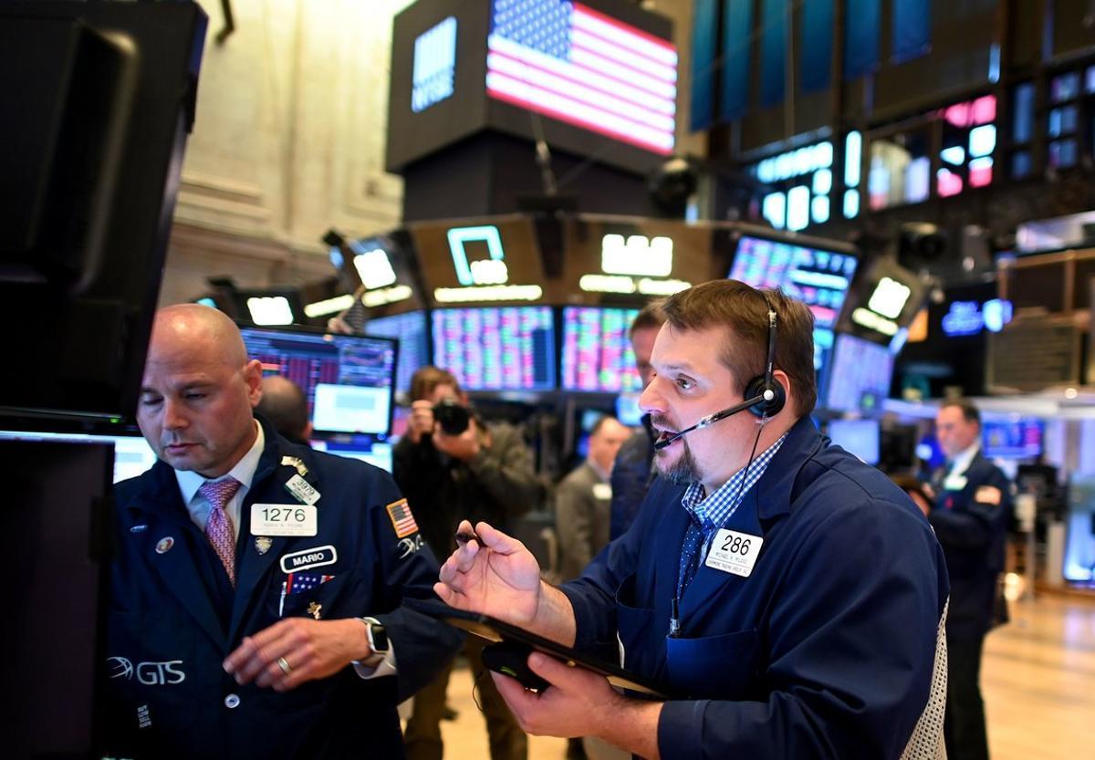 Tradersdurante el cierre de sesión en el New York Stock Exchange (NYSE) el 18 de marzo de 2020.