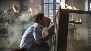 Quim Gutiérrez y Imanol Arias se defienden de los malos en una escena de la película 'Anacleto: agente secreto'.