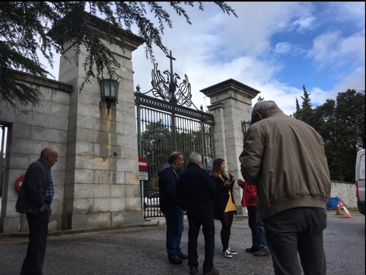 Turistas esperan a la puerta del Valle de los Caídos.