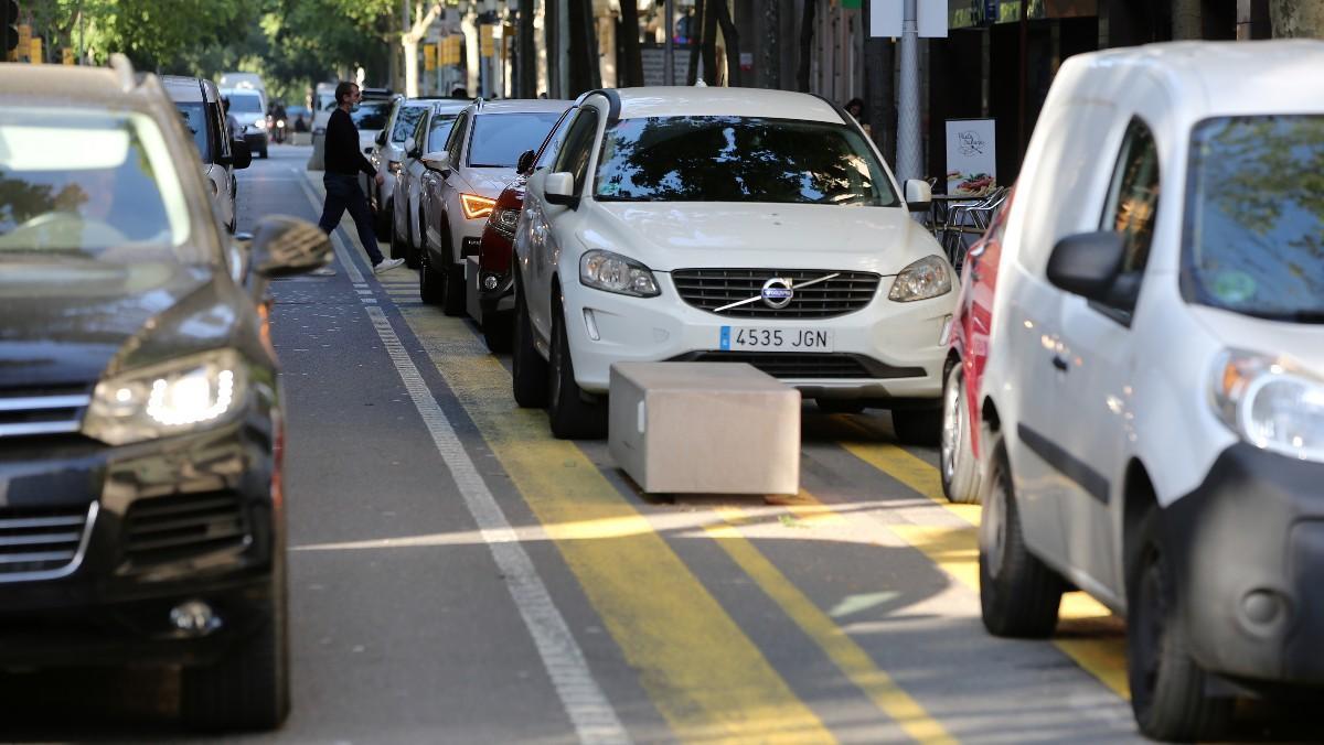 A primera hora de la mañana, el carril peatonal en la calle de Consell de Cent se convierte en improvisado punto de aparcamiento de los padres que acompañan a sus hijos a la escuela.