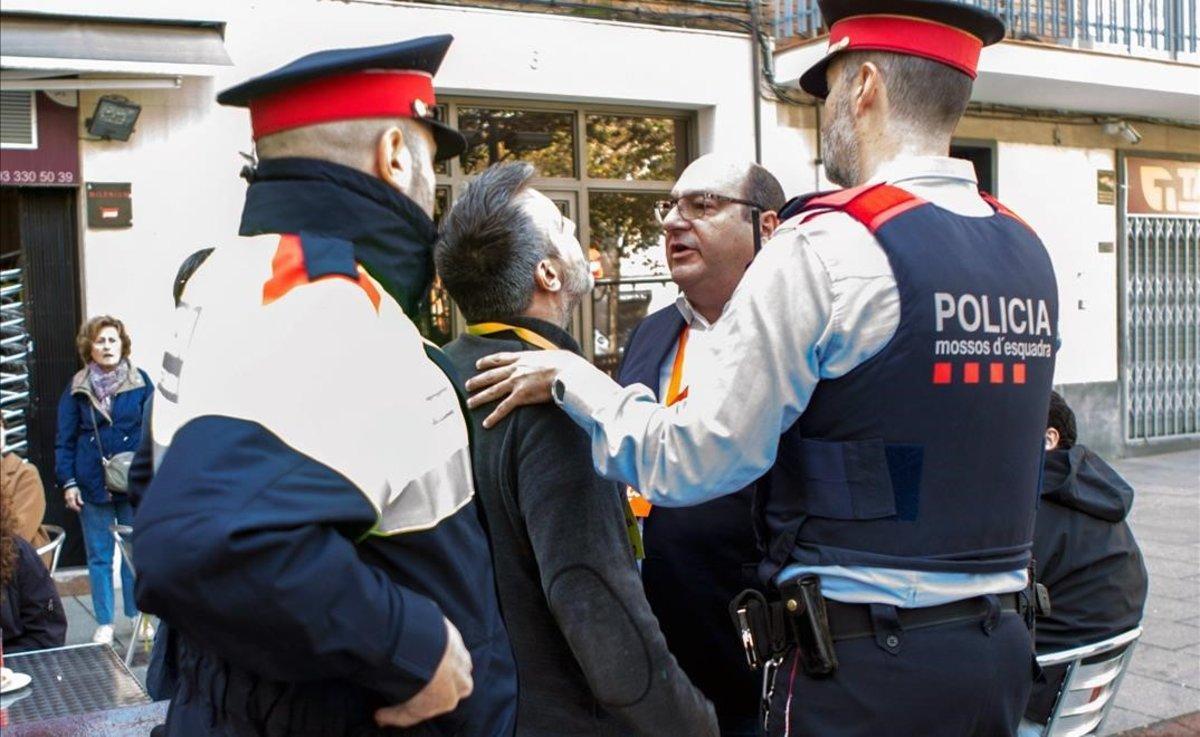 Los apoderados de JxCat y Ciudadanos discuten tras la votación de Inés Arrimadas en la escuela Ausiàs March de Barcelona.
