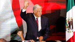 Andrés Manuel López Obrador saluda tras discurso