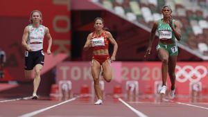 A la izquierda, la velocista bielorrusa Krystsina Tsimanouskaya.