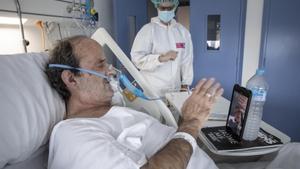 Jordi Amill habla con su familia por videollamada en una planta covid del Hospital del Mar, el 12 de febrero.