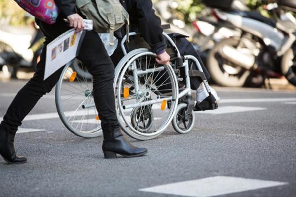 Una persona en cadira de rodes.
