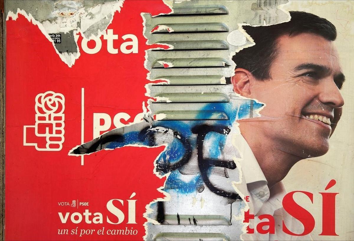 Uno de los carteles que los socialistas utilizaron en campaña electoral, ahora deteriorado, con la imagen de Pedro Sánchez.