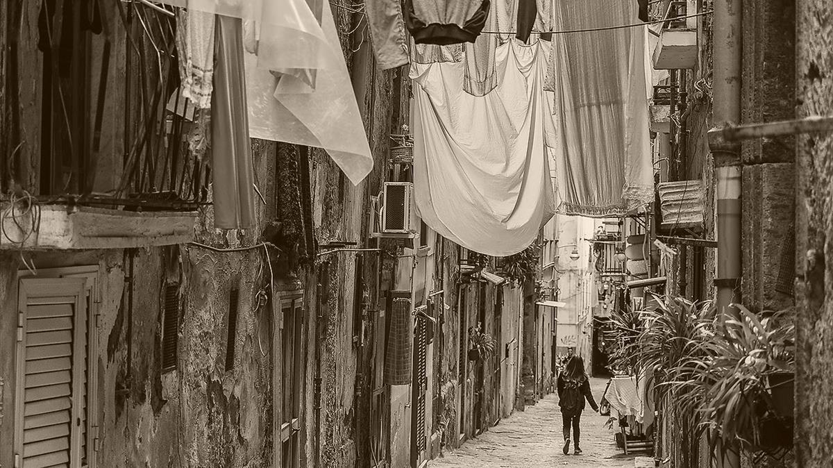La calle Spaccanapoli, de Nápoles, escenario de las novelas de Elena Ferrante.