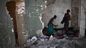 Dos hombres entre las ruinas de un edificio afectado por el fuerte terremoto que sacudióHaití en el 2010.