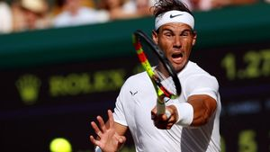 Nadal conecta un golpe en la semifinal ante Federer en Wimbledon.