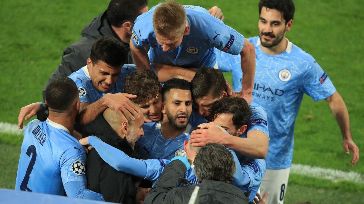 Los jugadores del City festejan con Guardiola el definitivo tanto de Foden que supuso el 1-2.