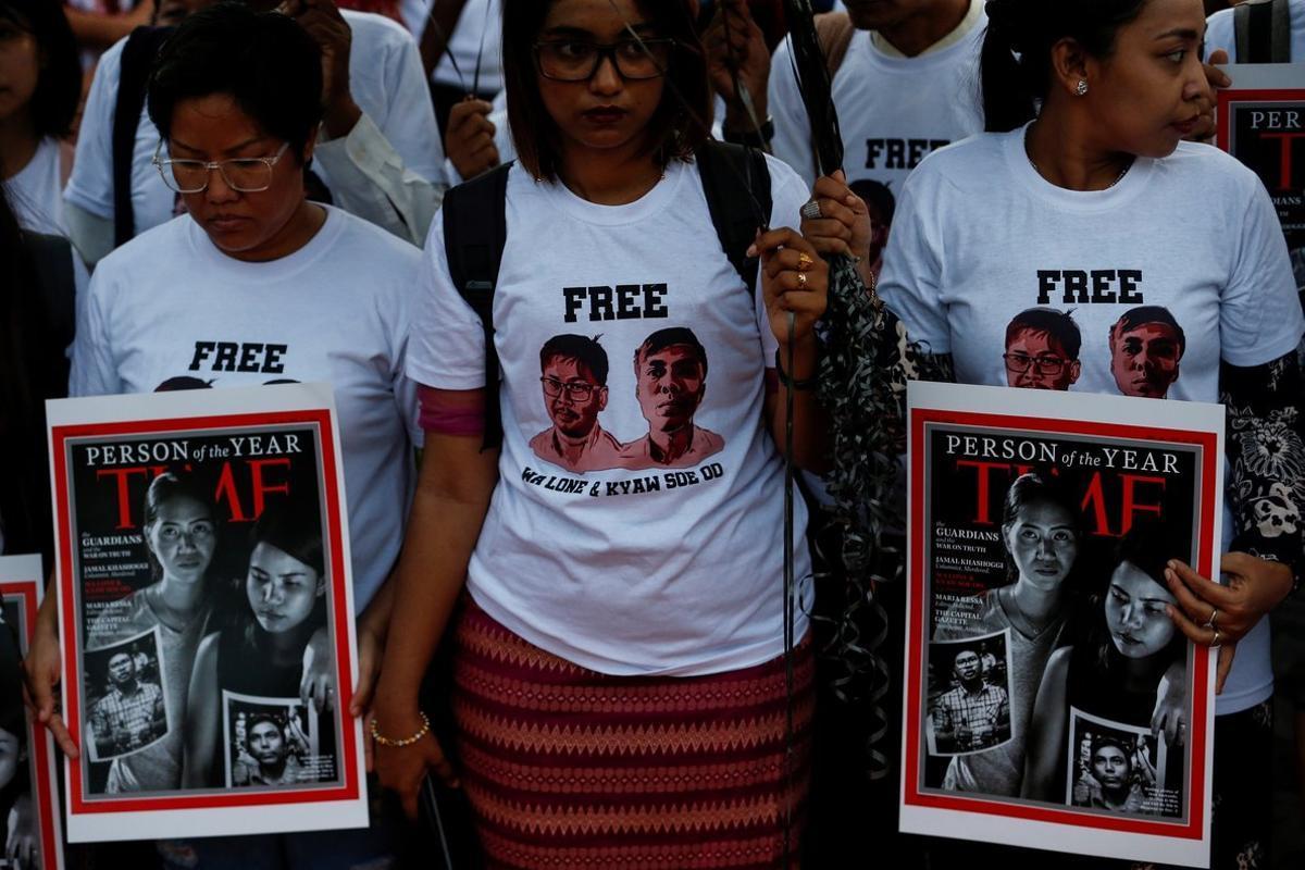 Manifestantes muestran copias de la portada de la revista Time en la que aparecen Ma Pan Ei Mony Chit Su Winesposas de los periodistas birmanos Wa Lone y Kyaw Soedurante una protesta de apoyo a los periodistas en RangunBirmania.EFELynn Bo Bo