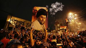 Un seguidor de Moqtada al Sadr sostiene una foto del clérigo en una concentración en la plaza Tahrir de Bagdad para celebrar elresultadoelectoral.