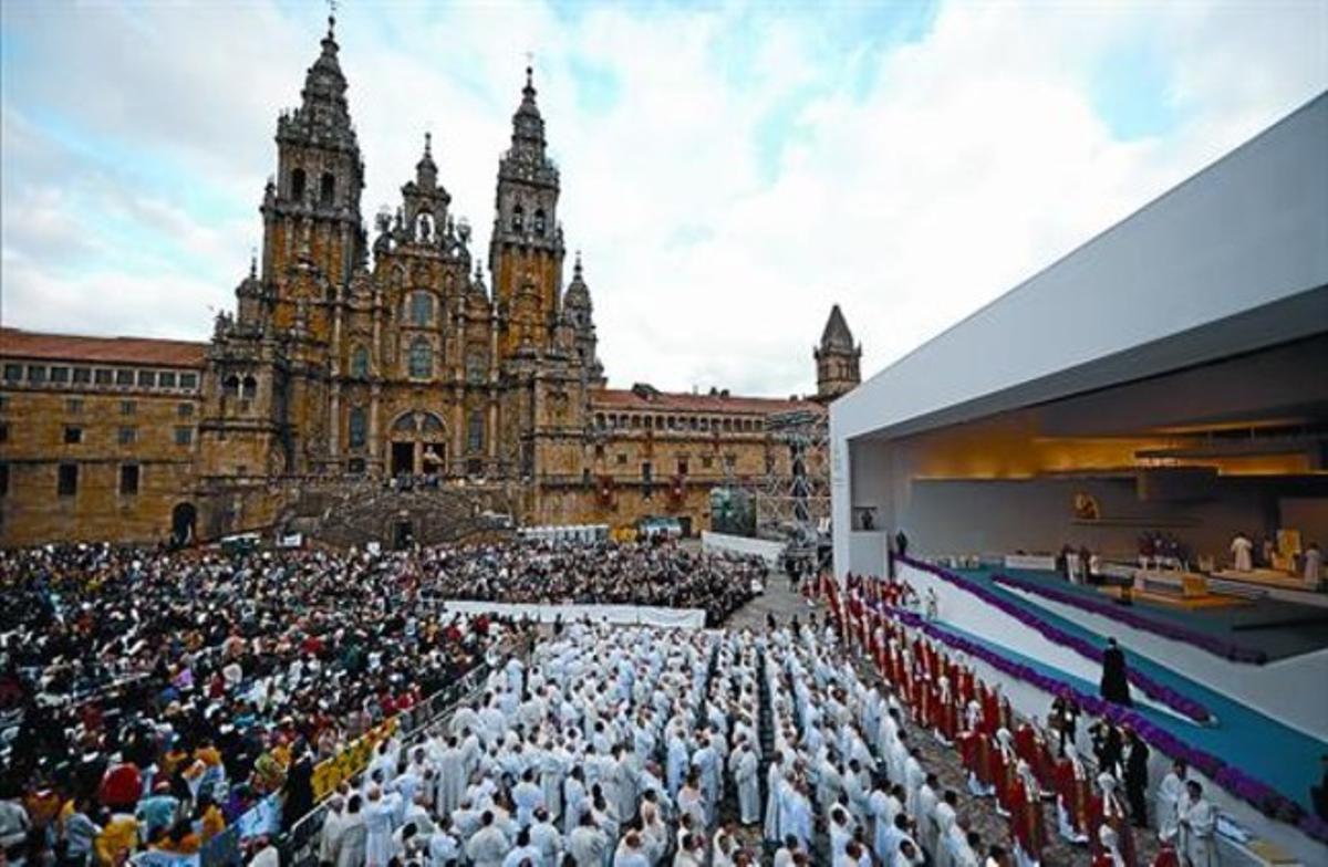 Miles de personas abarrotan la plaza del Obradoiro de Santiago, poco antes de la misa que ofició el Papa, ayer.