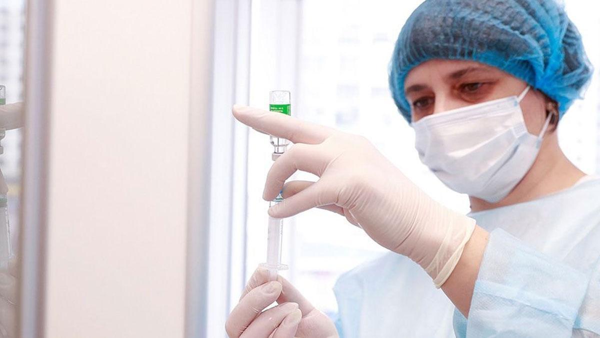 Una sanitaria prepara dosis de la vacuna antiCOVID de AstraZeneca.
