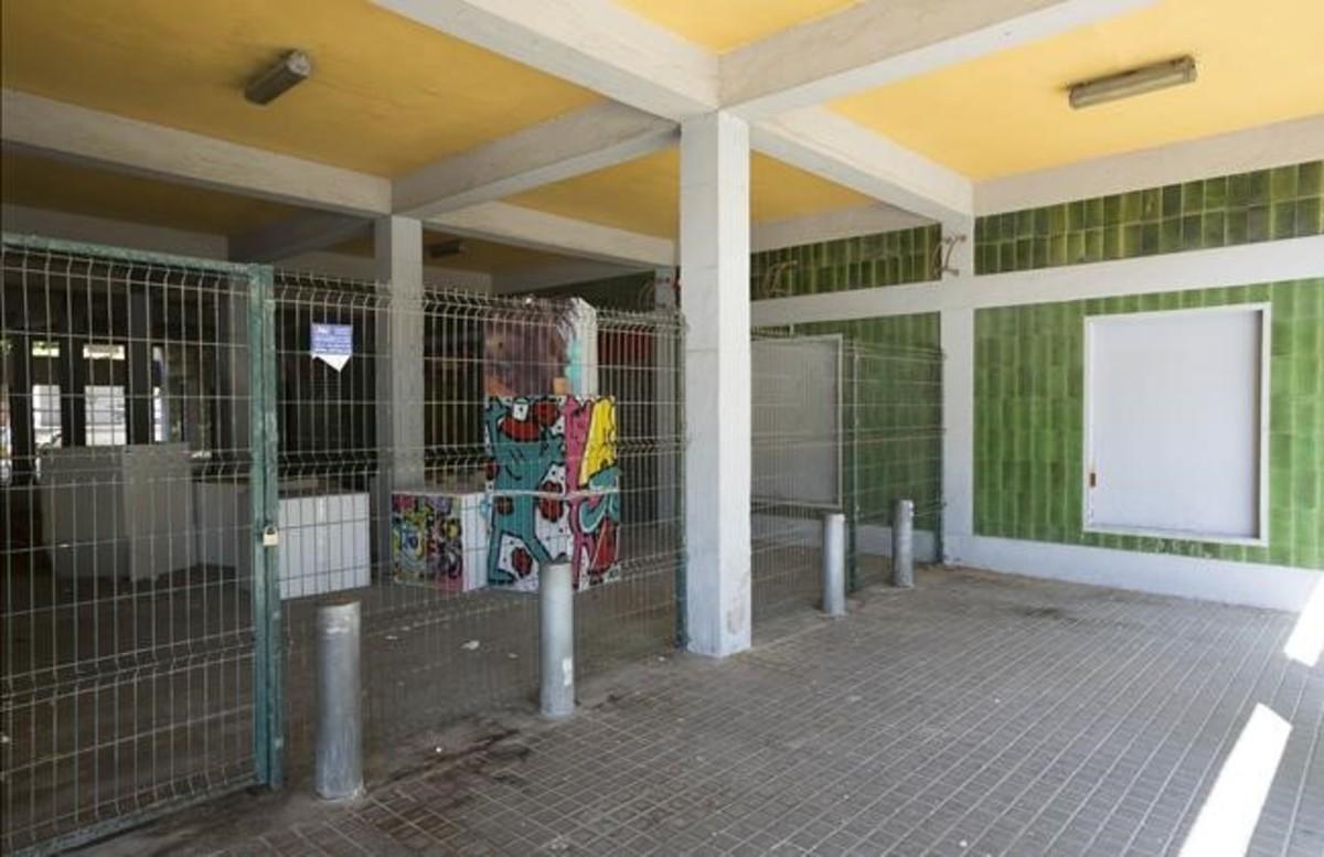 Entrada del cine abandonado que los jóvenes del barrio quieren convertir en equipamiento. El espacio está vallado para evitar su okupación.